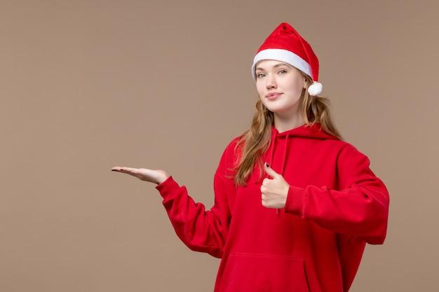 갈색 공간에 빨간 케이프와 전면보기 크리스마스 소녀