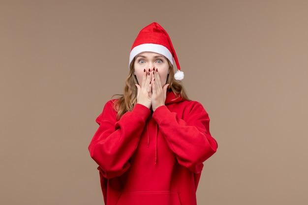 茶色の空間に怖い顔と正面のクリスマスの女の子
