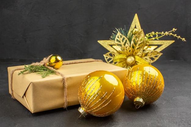 暗い背景におもちゃで正面から見たクリスマス プレゼント
