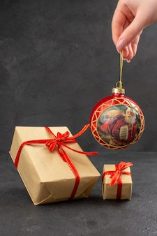 暗い机の上に正面から見たクリスマス プレゼント