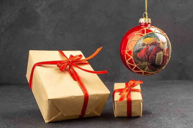 暗い背景に正面から見たクリスマス プレゼント