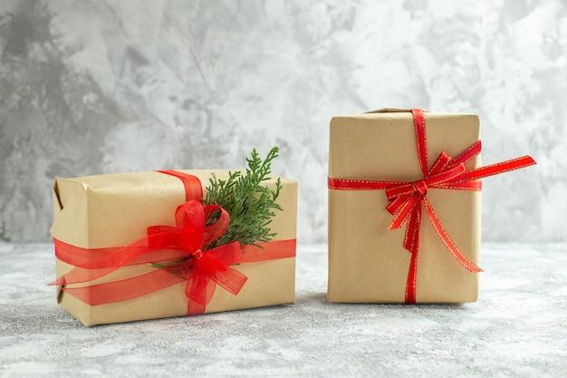 白い背景の正面のクリスマス プレゼント