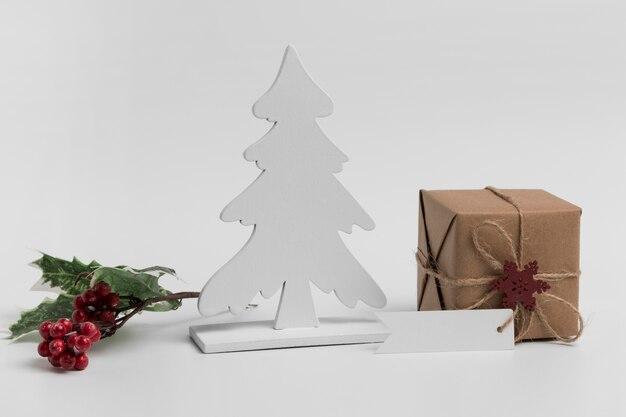 Vista frontale dell'ornamento dell'albero di natale con il regalo