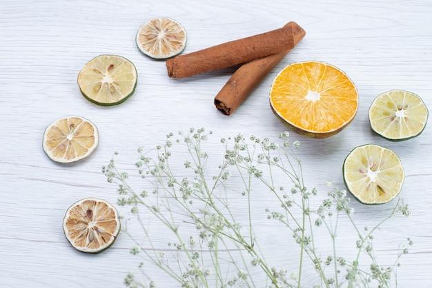 Cannella e limone di vista frontale su bianco