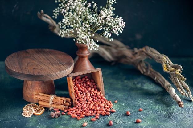 Vista frontale arachidi sbucciate pulite su spuntino di noce di noci di arachidi con guscio di colore blu scuro