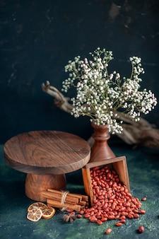전면 보기 짙은 파란색 껍질 땅콩 색상 cips 호두 너트 스낵에 껍질을 벗긴 땅콩