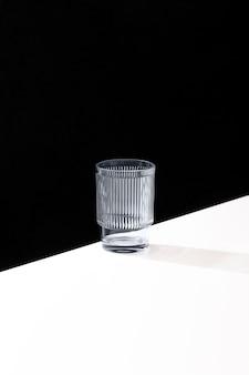 Vista frontale del vetro trasparente con copia spazio