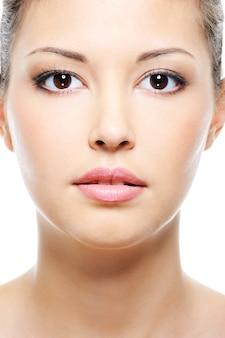 美しさのアジアの女性の顔の正面のクローズアップの肖像画