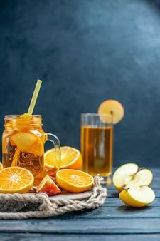 Arance e mele tagliate da cocktail vista frontale su tavola di legno su sfondo scuro isolato