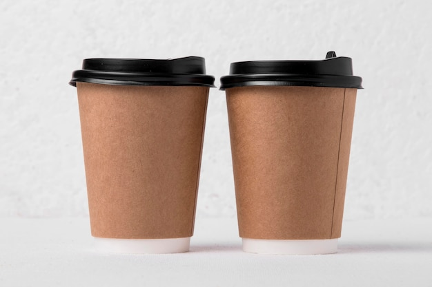 Bicchieri di carta da caffè vista frontale