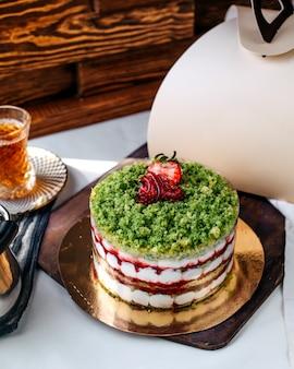 Вид спереди цветного торта вкусного сладкого клубничного торта на коричневой поверхности