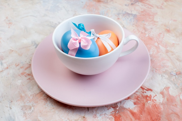 밝은 배경 수평 휴가 개념 화려한 봄 부활절 다채로운에 컵과 접시 내부 전면보기 컬러 부활절 달걀