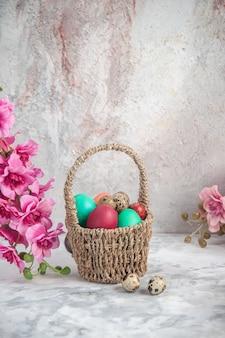 白い背景に花とデザインされたバスケット内の正面図色のイースターエッグ華やかなコンセプト春novruz女性らし
