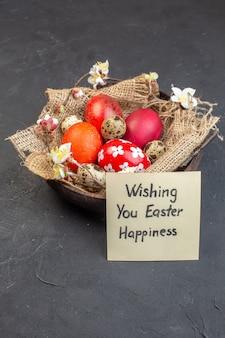 Вид спереди цветные пасхальные яйца внутри тарелки на темной поверхности цвет праздник богато красочные концепция птица пасха
