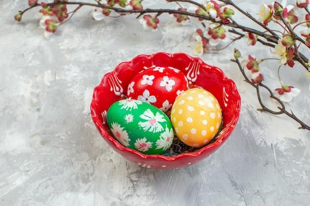 전면 보기 흰색 배경에 접시 안에 컬러 부활절 달걀 화려한 다채로운 개념 novruz 부활절 봄
