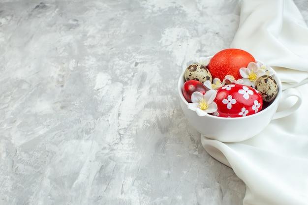 전면 보기 흰색 배경에 흰색 컵 안에 색색의 부활절 달걀 다채로운 여성 개념 봄 화려한 novruz