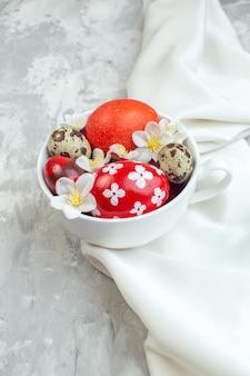 전면 보기 흰색 배경에 흰색 컵 안에 색색의 부활절 달걀 다채로운 여성 스러움 부활절 개념 봄 화려한 novruz