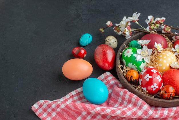 Вид спереди цветные пасхальные яйца на темном фоне богато украшенная весна горизонтальная концепция пасха новруз