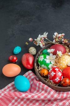 Вид спереди цветные пасхальные яйца на темном фоне богато украшенный весенний горизонтальный пасхальный новруз