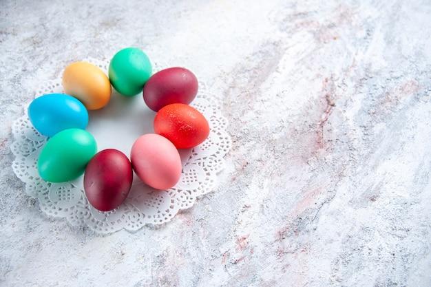 Вид спереди цветные пасхальные яйца на белом фоне весна красочные витиеватые цвета группа мульти