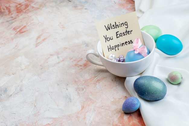 밝은 배경 개념 가로 화려한 봄 화려한 부활절에 구슬과 전면 보기 컬러 부활절 달걀