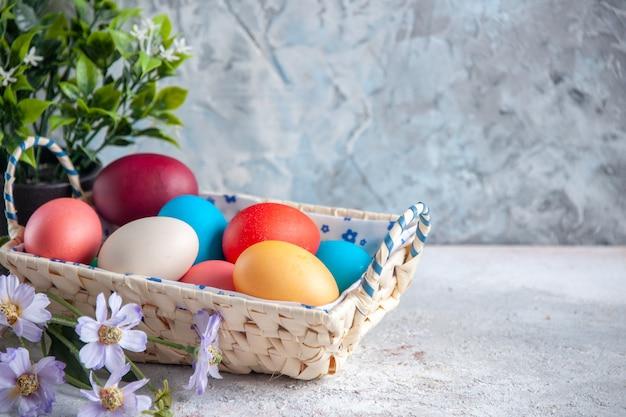正面図色のイースターエッグと白い背景のかわいいデザインのボックスマルチ春カラフルな色のグループ華やか