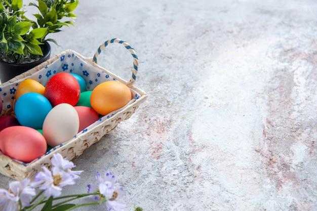 白い背景の上のかわいいデザインのボックスと正面図色のイースターエッグマルチカラフルな色華やかなグループ