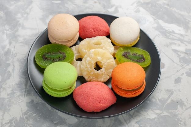 正面図は、明るい白い表面に乾燥パイナップルリングで着色された小さなケーキ