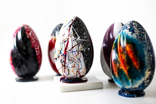 Vista frontale uova colorate multicolori progettate dipinte sul pavimento bianco