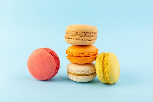 Una vista frontale colorati macarons francesi deliziosi e cotti al forno