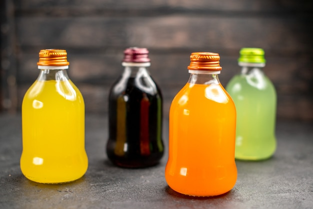 ボトルに入ったカラフルなフルーツジュースの正面図
