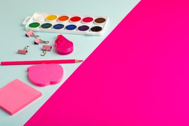 Vernici colorate vista frontale con adesivi sulla superficie blu-rosa
