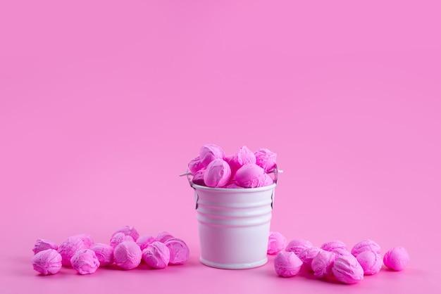 Una vista frontale colorato rosa, delizioso su rosa, zucchero candito dolce