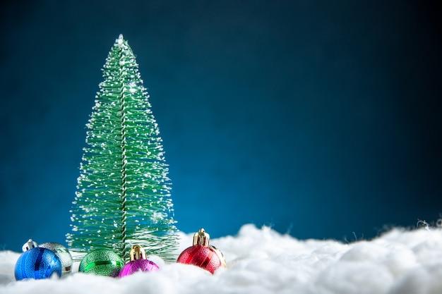 Vista frontale colorato piccolo albero di natale albero di natale giocattoli