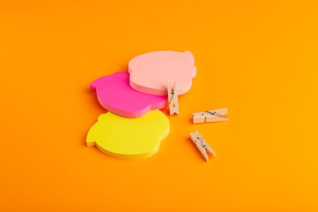 Adesivi colorati vista frontale sulla superficie arancione
