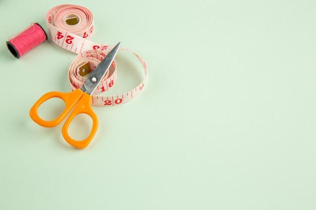 正面図緑の表面のカラフルな糸ピン縫製写真縫い針服の色