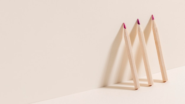 Вид спереди цветные карандаши с копией пространства