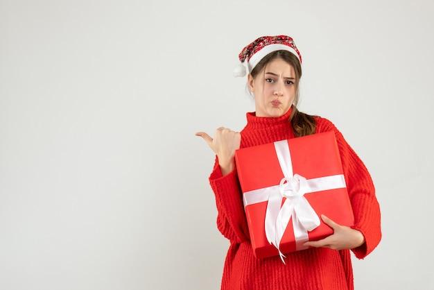 전면보기 뭔가 가르키고 산타 모자 소녀 혼란