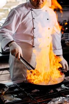 Вид спереди повар готовит круглый фарш на кухне