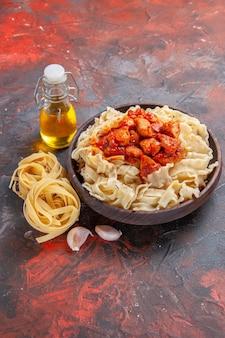 Vista frontale pasta cotta con salsa di carne su pasta di superficie scura piatto di pasta scura