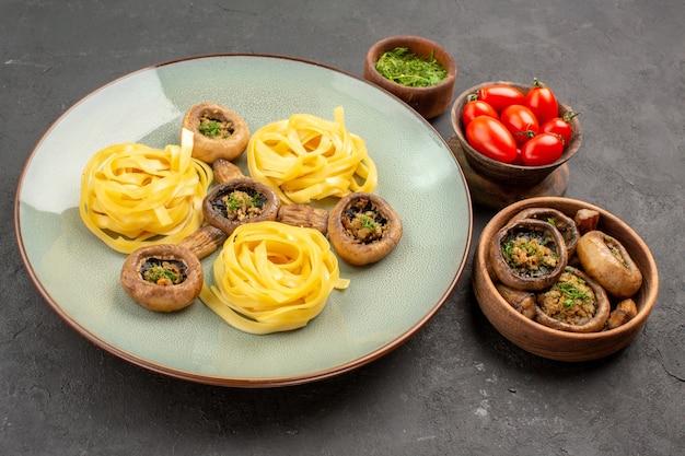 전면보기 어두운 테이블 음식 접시 저녁 식사에 반죽 파스타와 버섯 요리