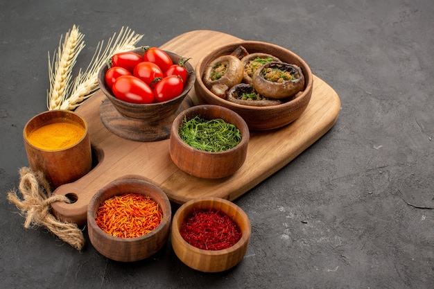 전면보기 어두운 테이블 익은 음식 버섯에 조미료와 버섯 요리