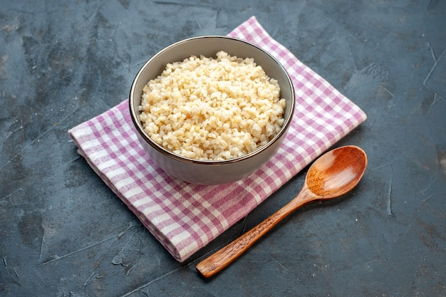 暗い表面のプレートの内側の正面図調理されたパール大麦