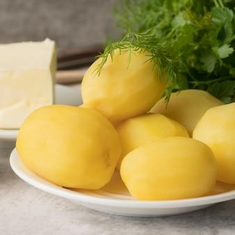 Вид спереди вареной картошки на тарелке