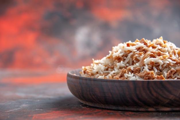 Vista frontale riso cotto con fette di pasta sulla foto di cibo scuro pasto piatto superficie scura