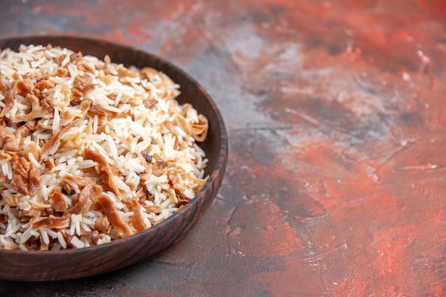Vista frontale riso cotto con fette di pasta sulla superficie scura piatto pasto cibo ph