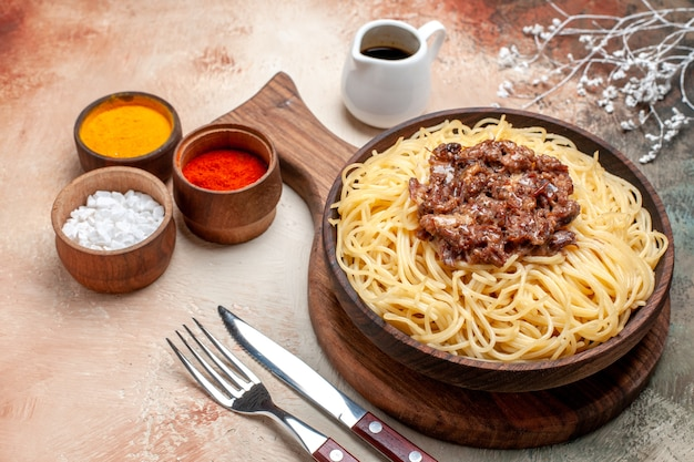Spaghetti cucinati vista frontale con carne macinata su carne di pasta di pasta di un piatto da tavola leggero