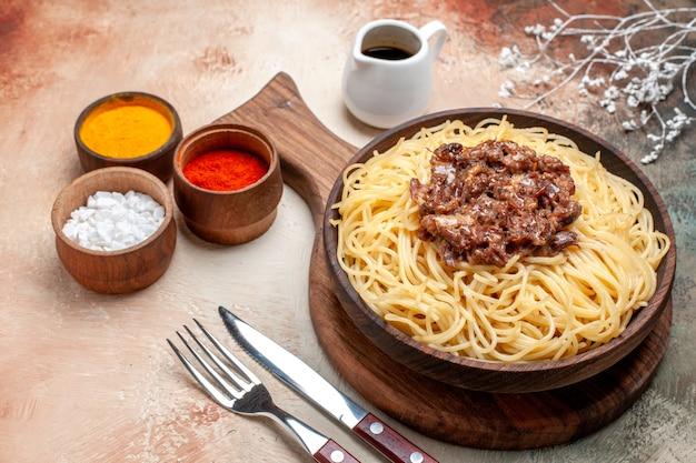 正面図調理済みスパゲッティ、ひき肉、ライトテーブル皿パスタ生地肉