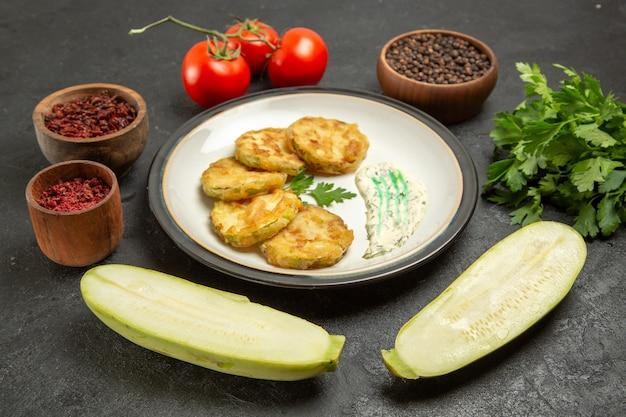 正面図調理されたカボチャの食事と緑の新鮮なトマトと緑の灰色のスペース
