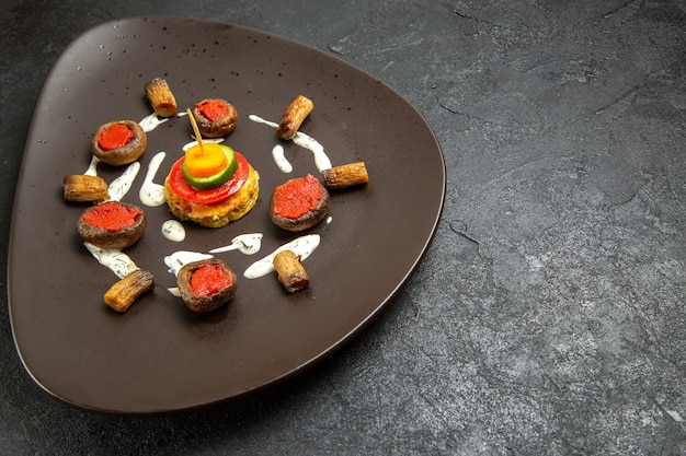正面図調理されたカボチャは、濃い灰色のスペースのプレート内の食事を設計しました
